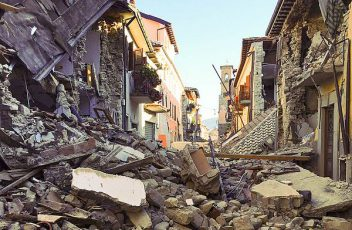 Terremoto_centro_Italia_2016_-_Amatrice_-_corso_Umberto_I_(29242968591)
