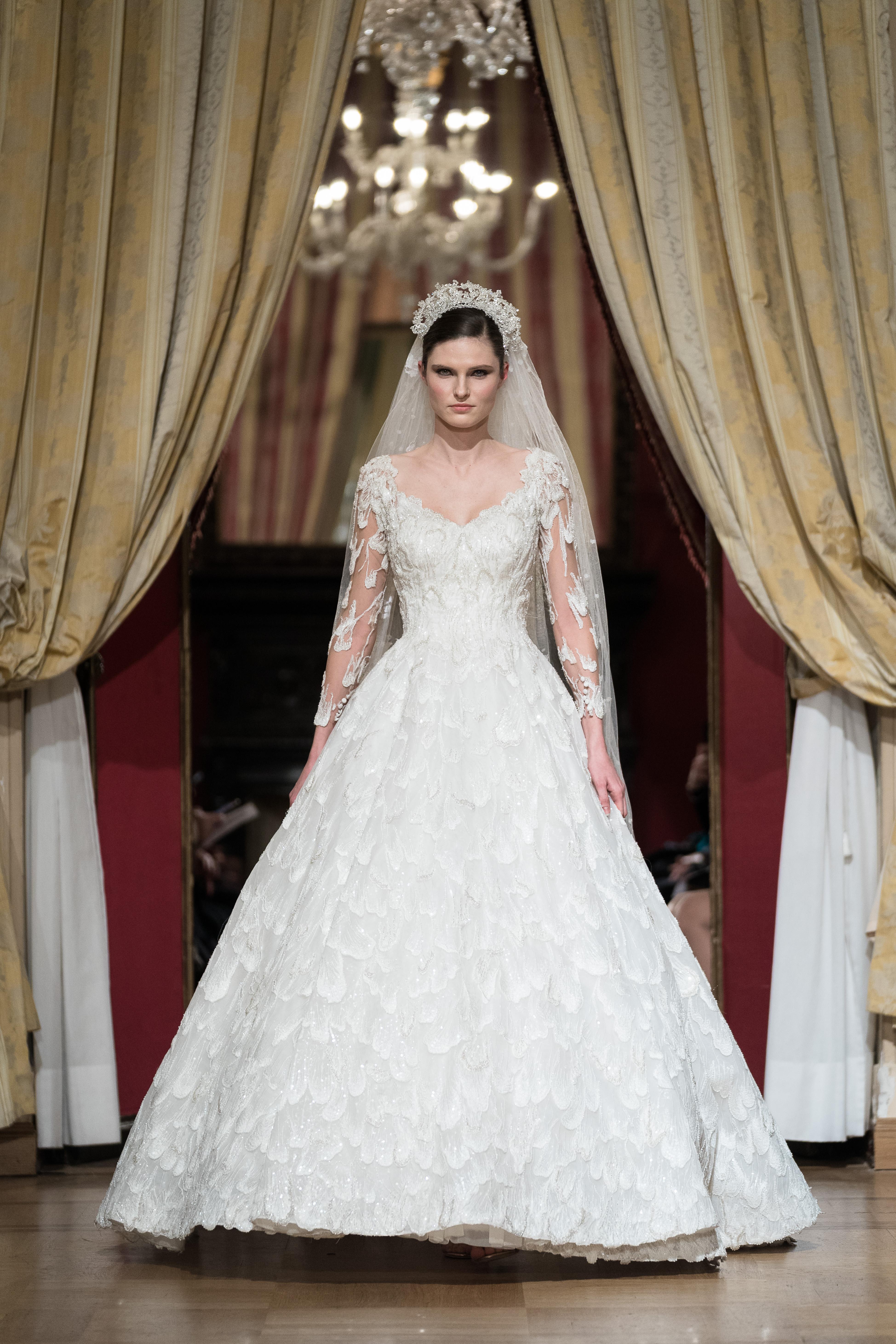 3e16b55355 Usa i migliori tessuti di pizzo e seta per design raffinati che esaltano la  semplicità e l'eleganza. Magnifici abiti immaginati per la sposa che vuole  ...
